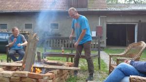 Lagerfeuer und ein kühles Bier zum Feierabend, was will man mehr