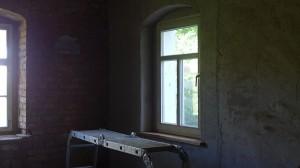 neu verputzte Wand und Fensterbrett